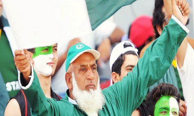 পাকিস্তানের 'ক্রিকেট চাচা' ম্যানহোলে পড়ে গুরুতর আহত
