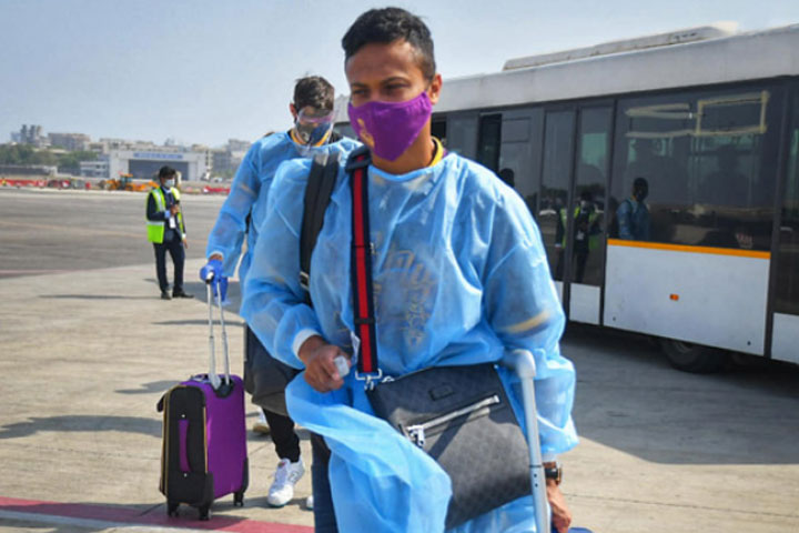 করোনা আতঙ্কে ভারতের আইপিএল ছাড়ছেন ক্রিকেটাররা